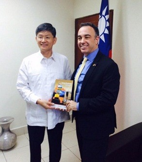 Presidente y Directivos de AmCham con Embajador de Taiwan.